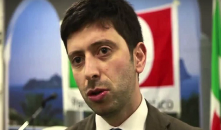 Lancia l'Ipad contro Roberto Speranza a Potenza