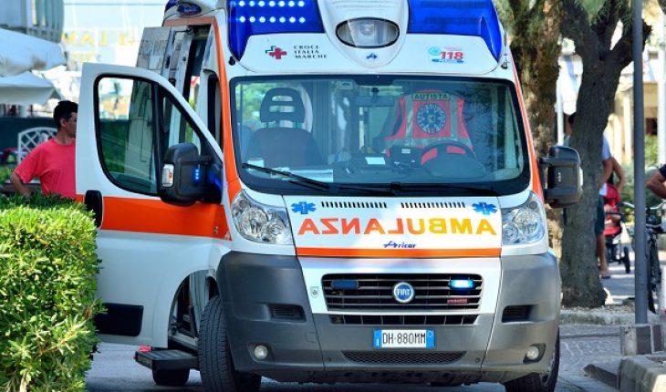 Frontale tra un autobus e una macchina: 36enne muore in ospedale