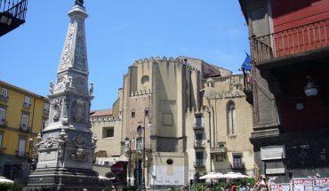 Napoli, atti osceni in centro storico, fermata la coppia di piazza San Domenico